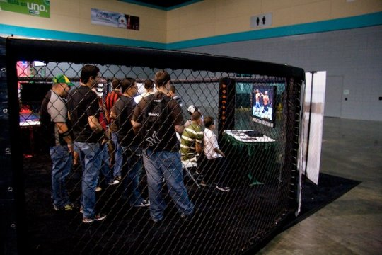 Jugando UFC en el booth de Boundless
