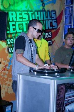 Khriz jugando DJ Hero